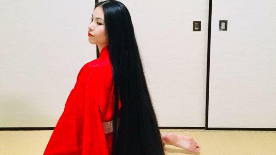 15 yıldır saçlarını kesmeyen kadın rekora koşuyor