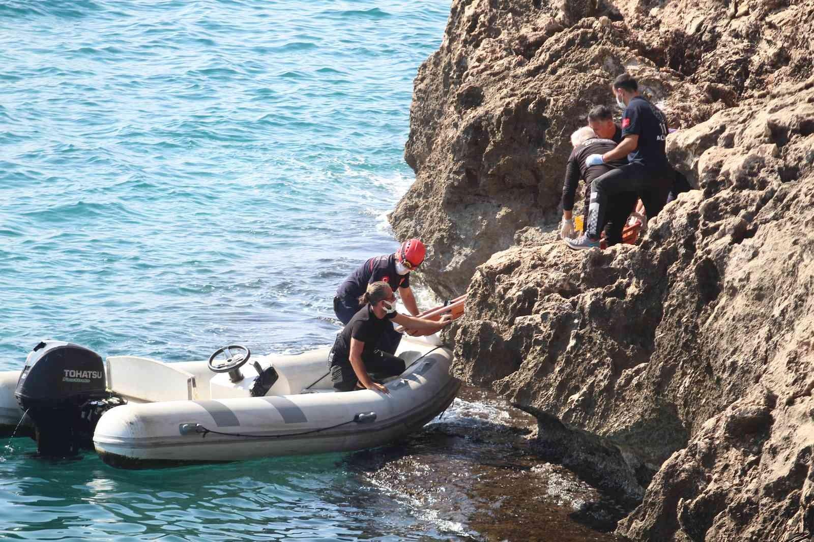 40 metre yüksekliğindeki falezlerden düşen kişi 1 saatlik çalışmayla yaralı kurtarıldı