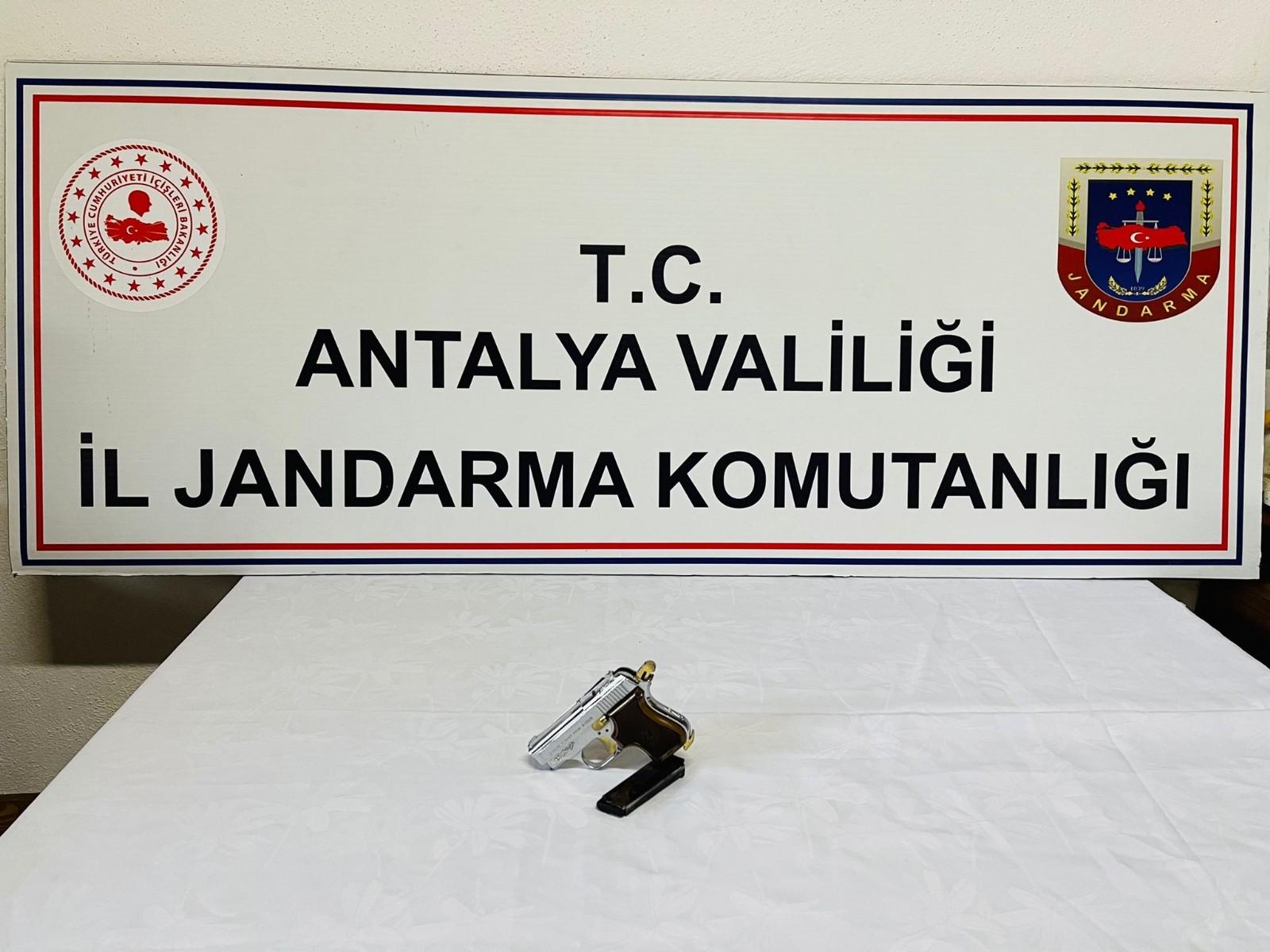 Antalya'da rutin yol kontrolleri sırasında durdurulan bir otobüste ruhsatsız tabanca ele geçirildi