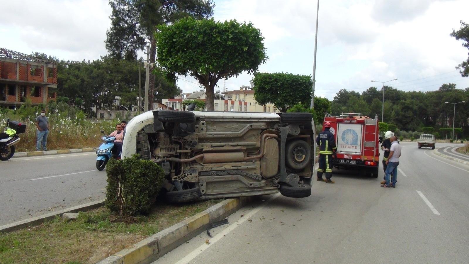 Antalya'da virajı alamayarak takla atan araç refüjdeki ağaç sayesinde karşı şeride geçmekten kurtuldu