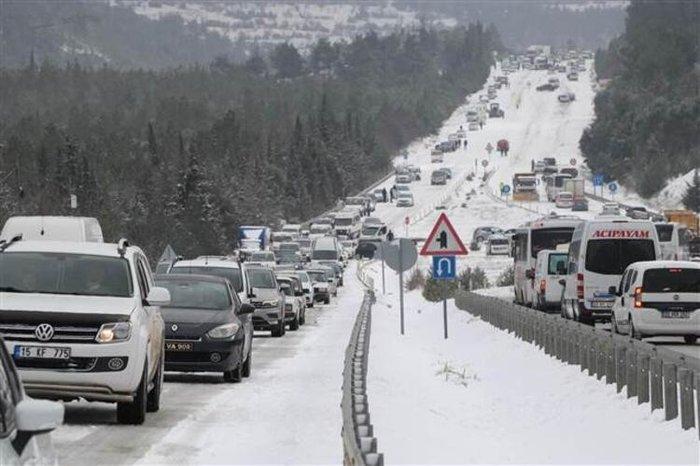 Antalya-Denizli karayolu gece yağmaya başlayan kar yağışının etkisini artırması ile ulaşıma kapandı.