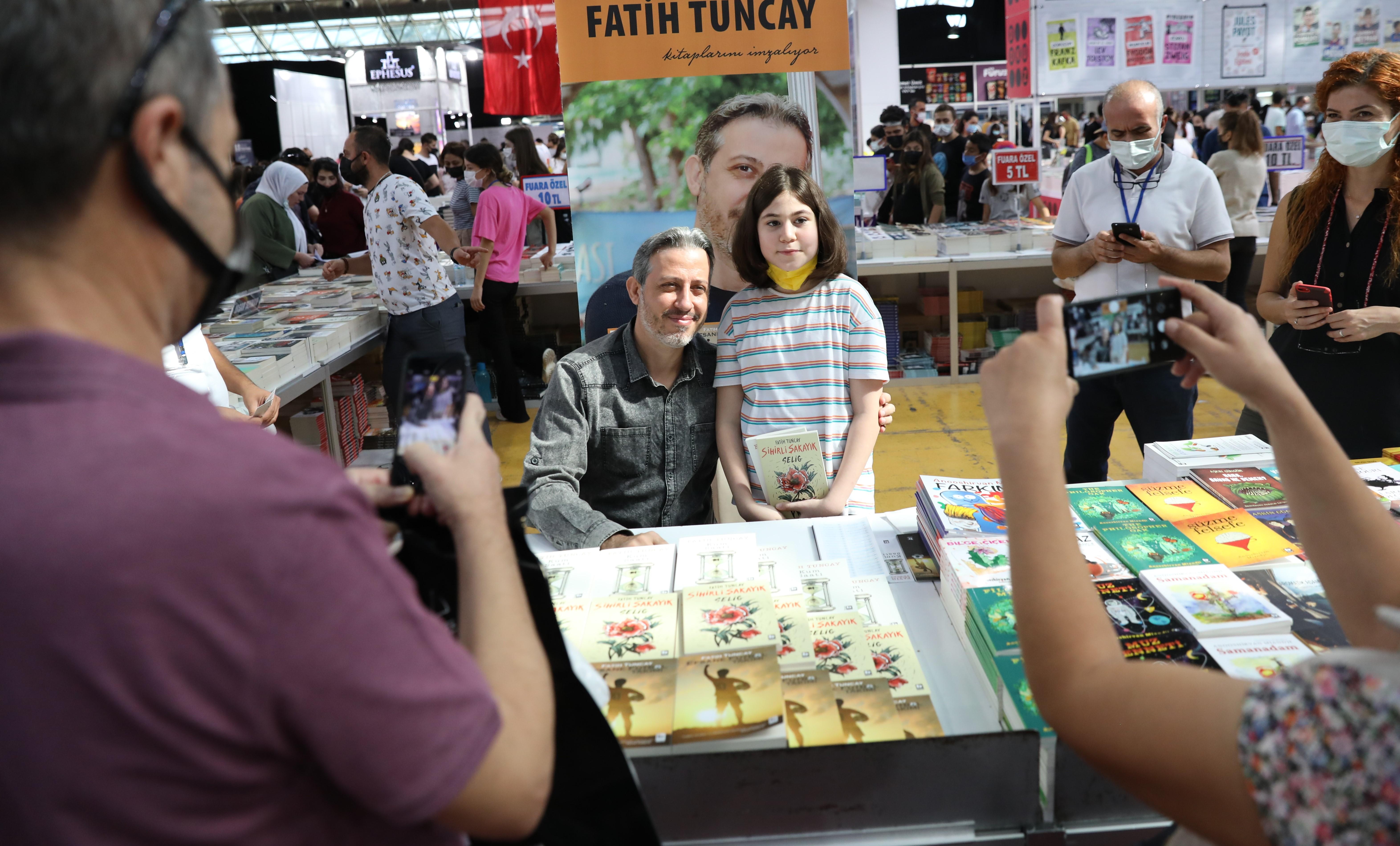 Antalya Kitap Fuarı'nda hafta sonu yoğunluğu