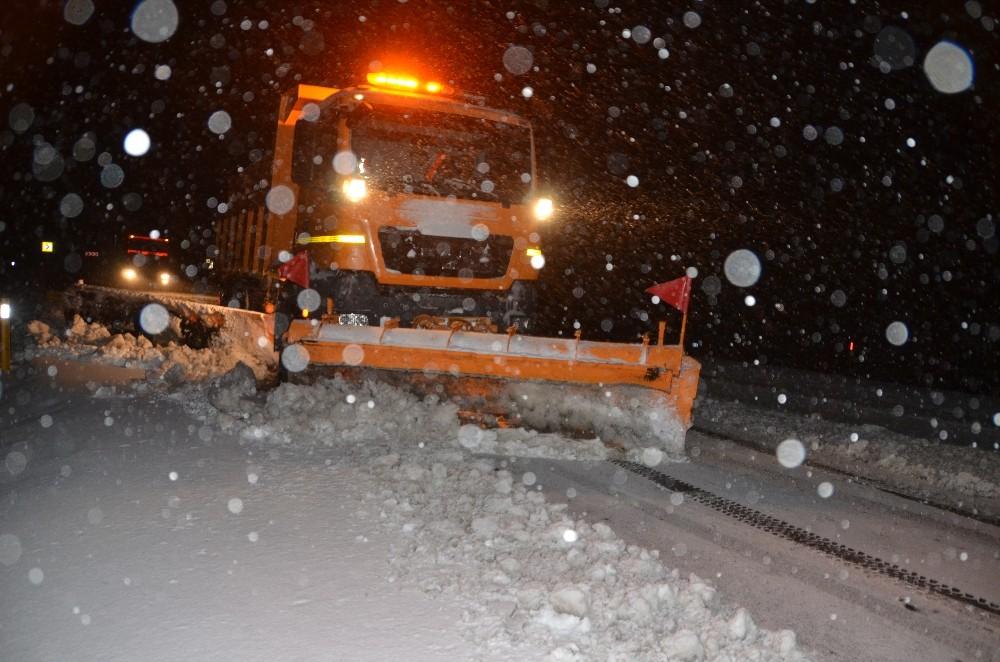 Antalya-Konya karayolunda yoğun kar yağışı etkili oluyor