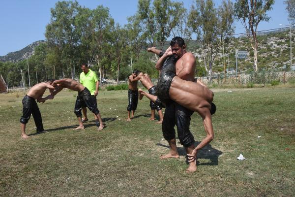 ANTALYA'nın Demre ilçesinde yağlı güreşçiler Elmalı Güreşlerine Hazırlanıyorlar