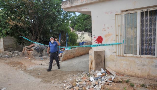 Antalya'nın Kepez ilçesinde bir kişi, tartıştığı eşini tabancayla yaraladı.