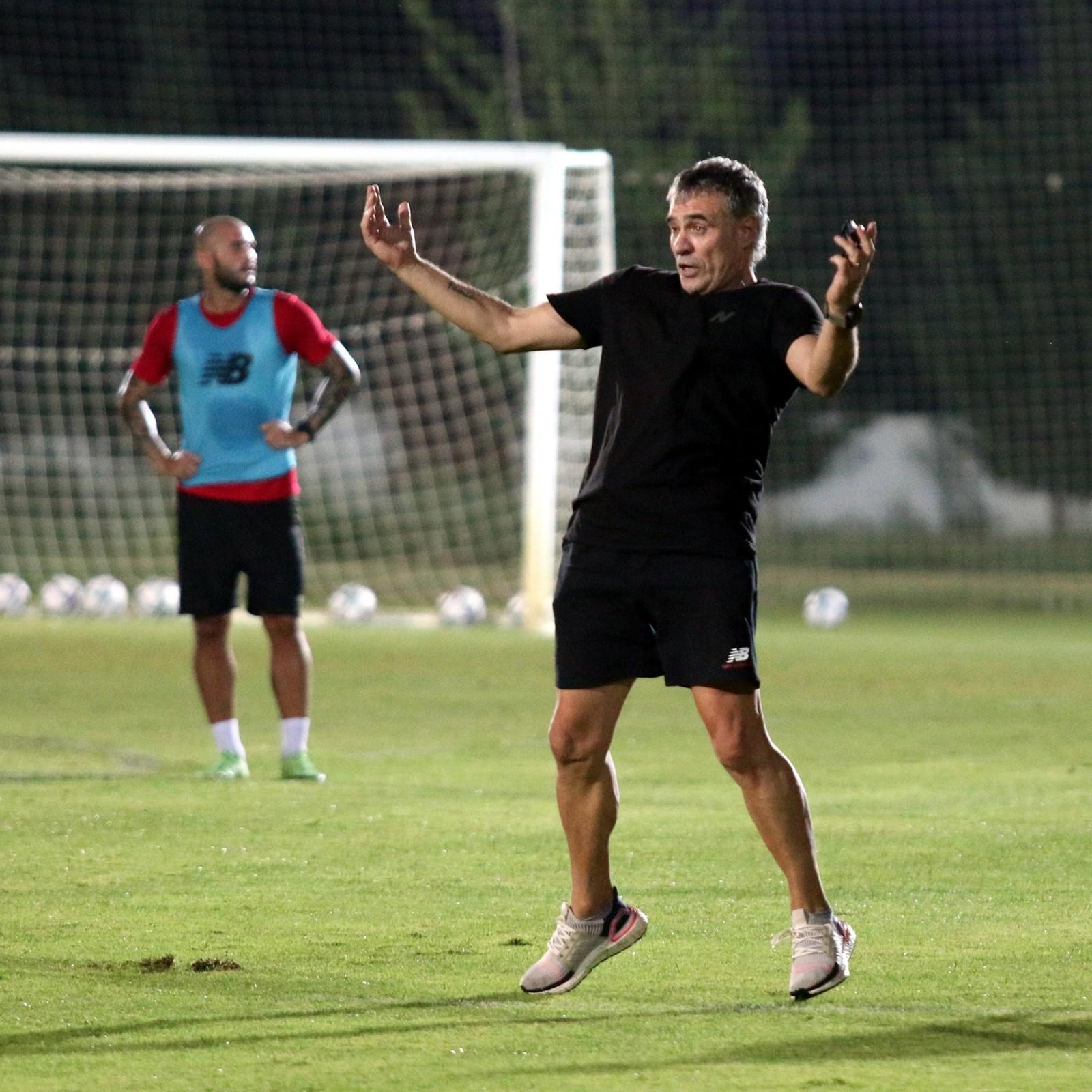 Antalyaspor Süper Lig'in 2. haftasında deplasmanda karşılaşacağı Fenerbahçe maçı hazırlıklarını sürdürdü
