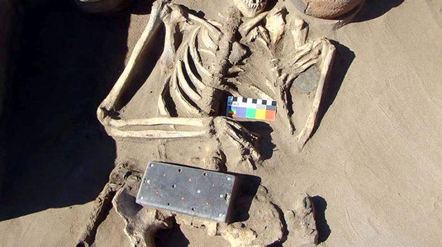 Arkeologlar şaşkın! Telefonu andıran 2 bin 100 yıllık gizemli keşif büyük heyecan yarattı