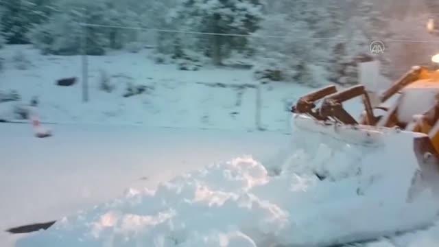 ASAT Ekipleri, karla kaplanan yollarda kar küreme çalışması yaptı.