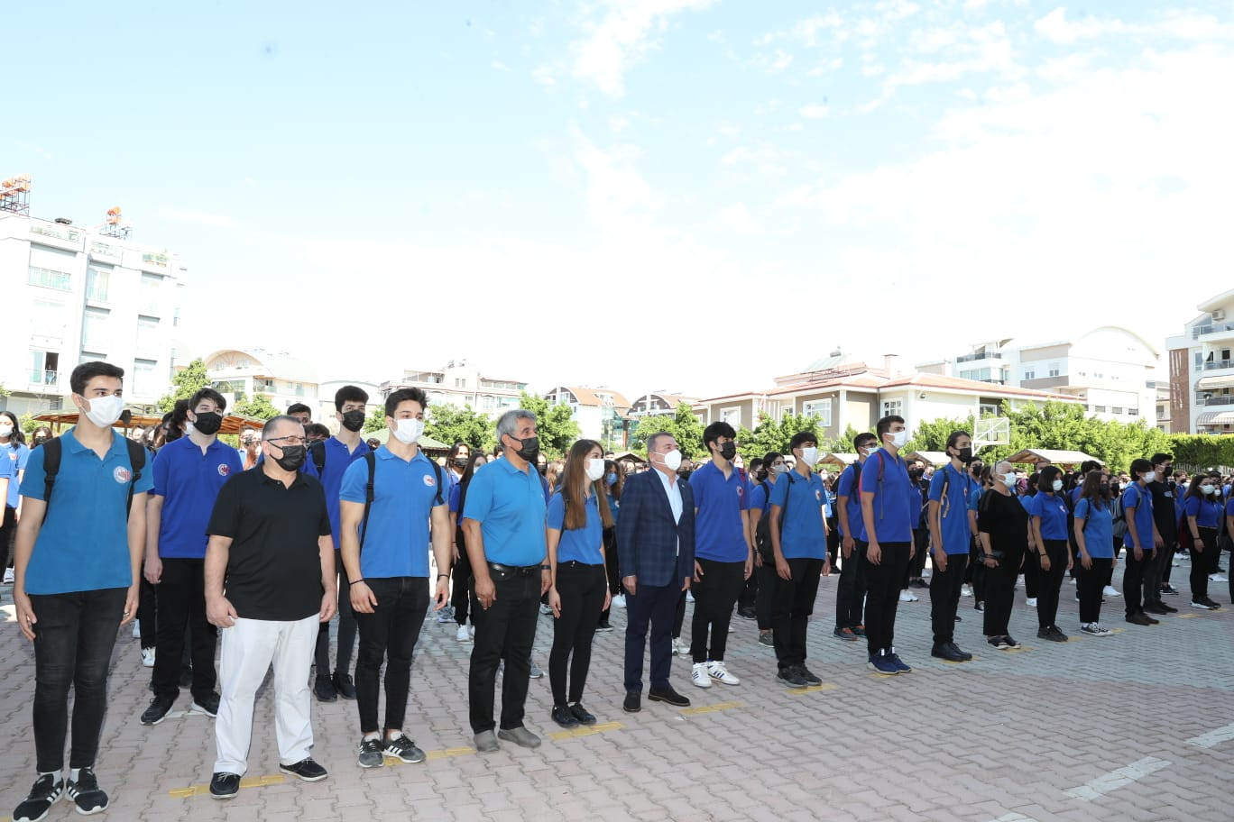 Başkan Böcek yeni eğitim öğretim yılının açılışını yaptı Dereceye giren öğrencilere altın taktı