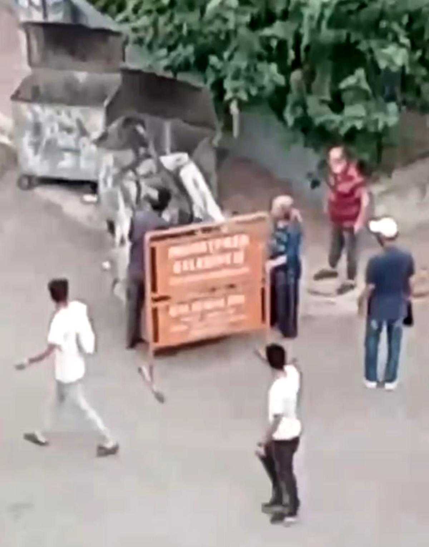 Belediyeye ait tabelayı götürmek isteyen hurdacıyı şaşkına çeviren tepki