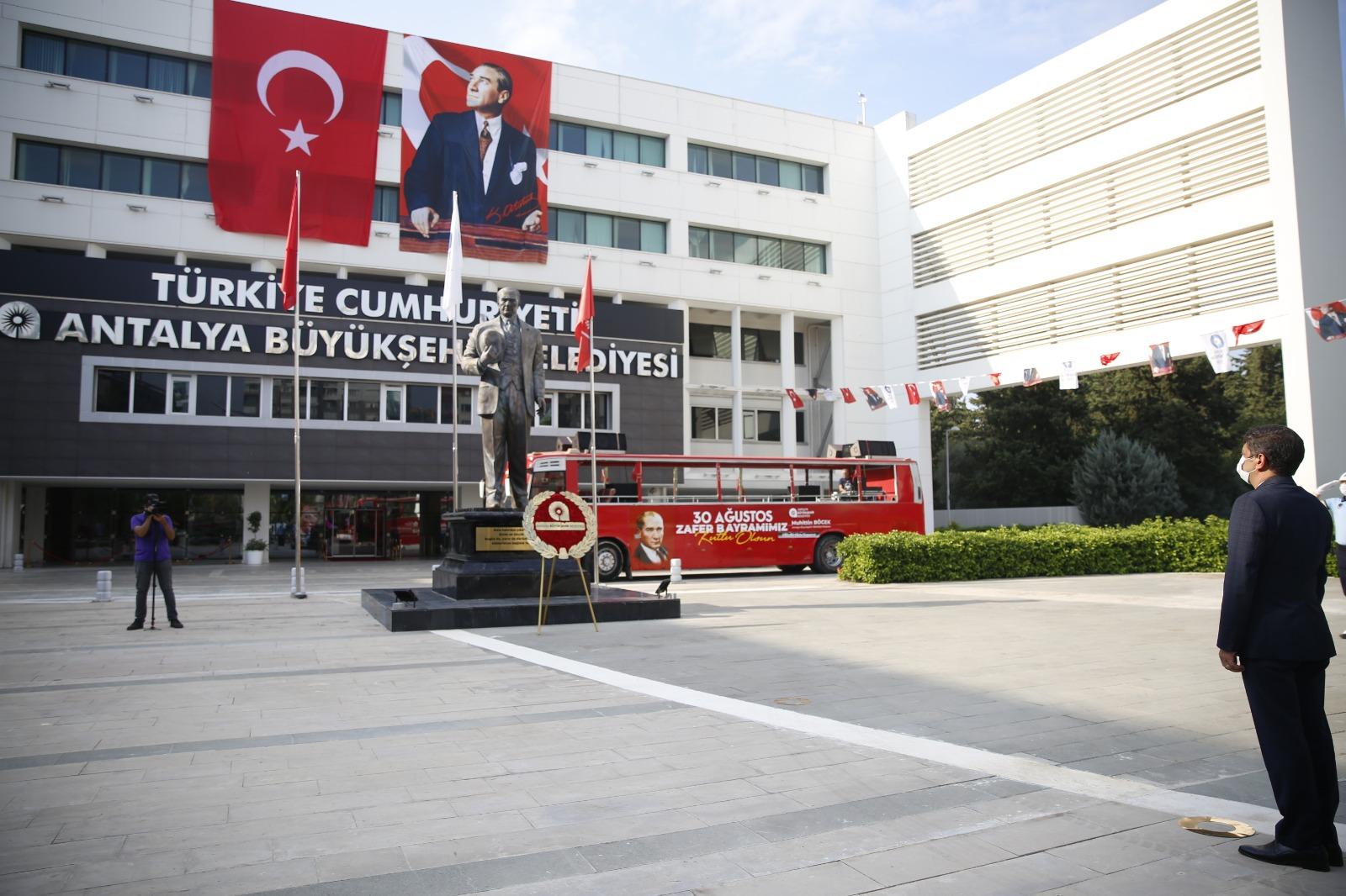 Büyükşehir Belediyesi önünde çelenk koyma töreni düzenlendi