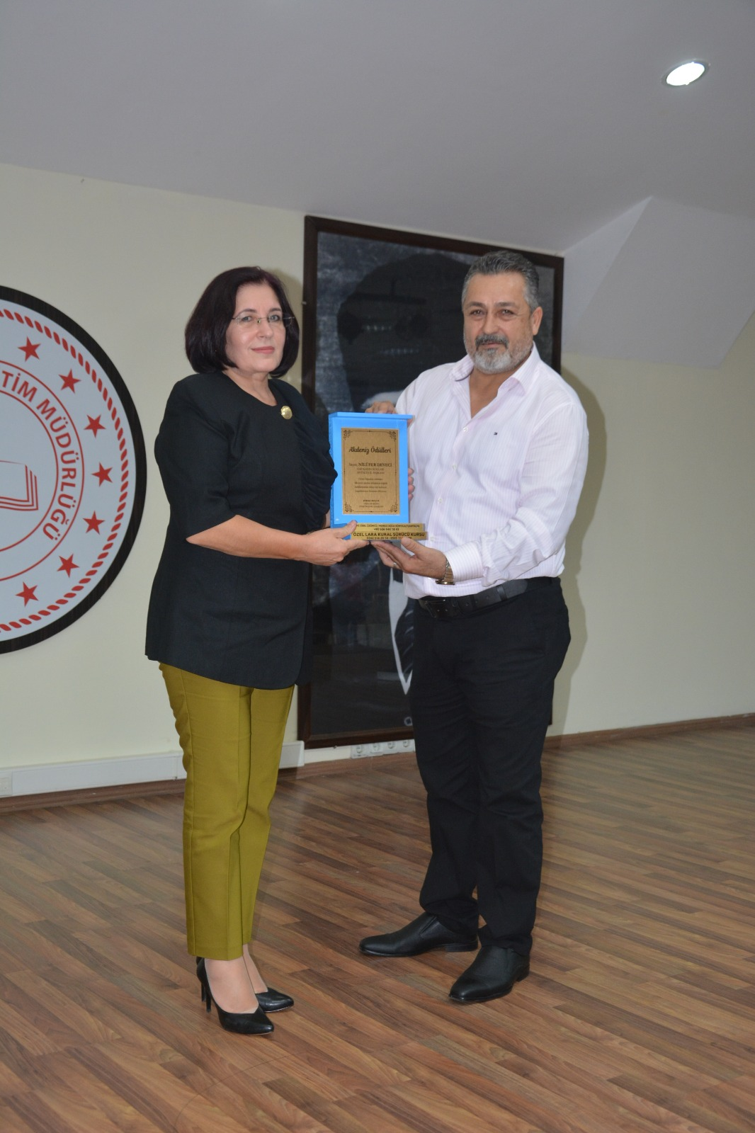 CHP KADIN KOLLARI ANTALYA İL BAŞKANI NİLÜFER DEVECİ'YE ÖDÜL