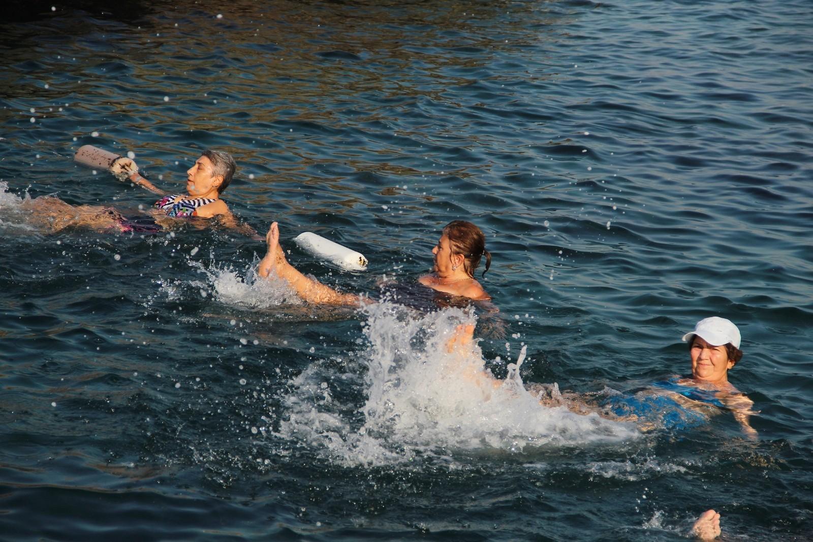 Denizde su jimnastiği ile forma giriyorlar