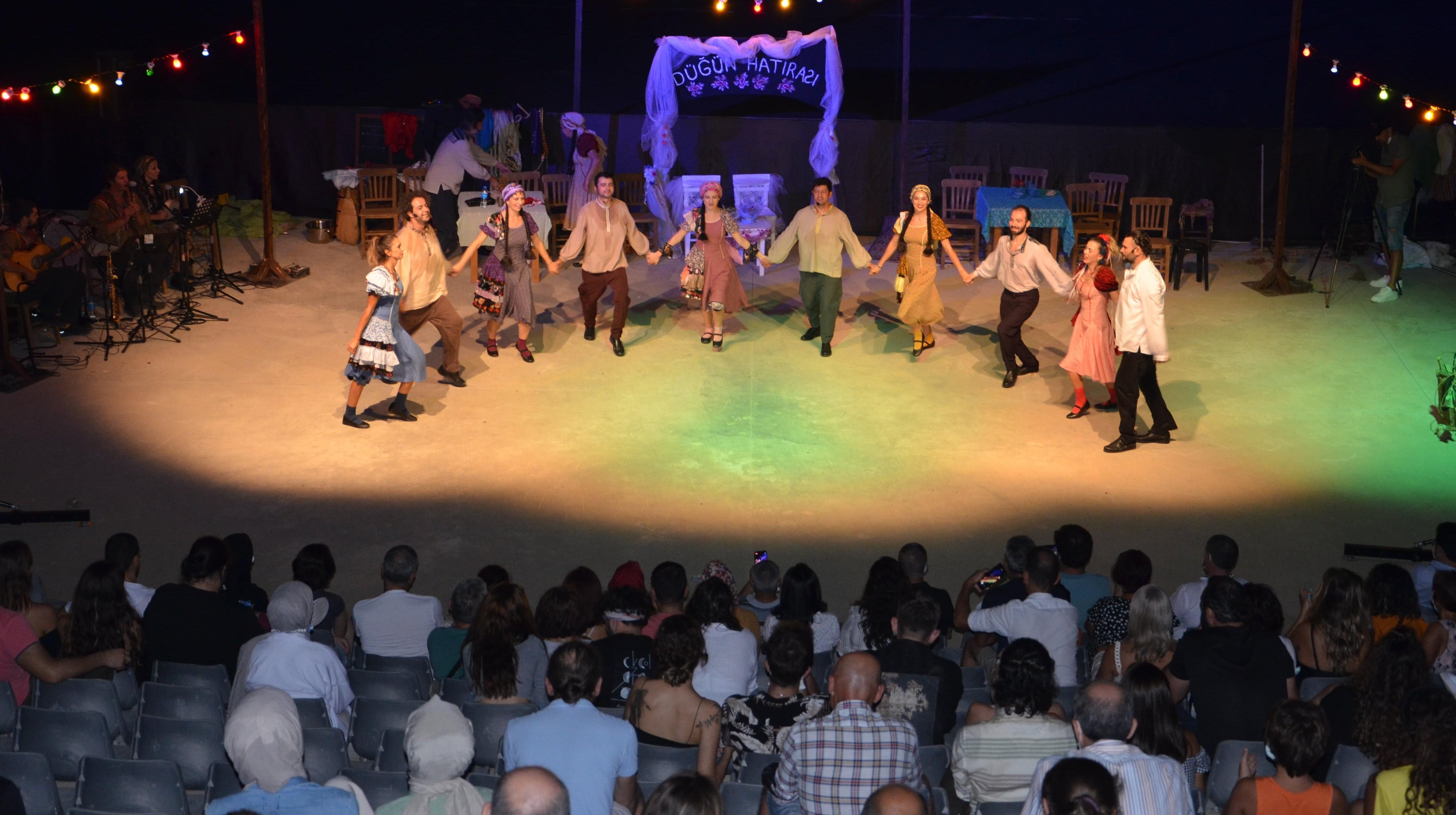 Düğün Hatırası Alanyalı tiyatro severlerle buluştu