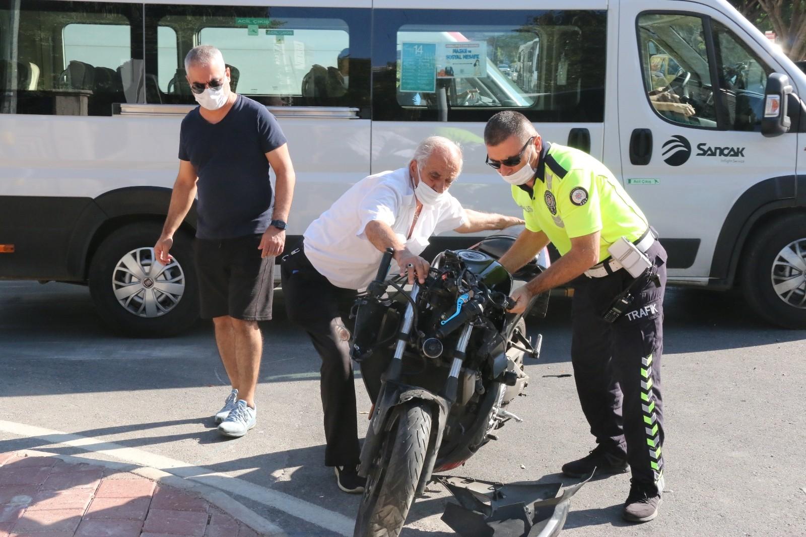 Halk otobüsü ile motosikletin çarpışması sonucu meydana gelen kazada motosiklet sürücüsü yaralandı.