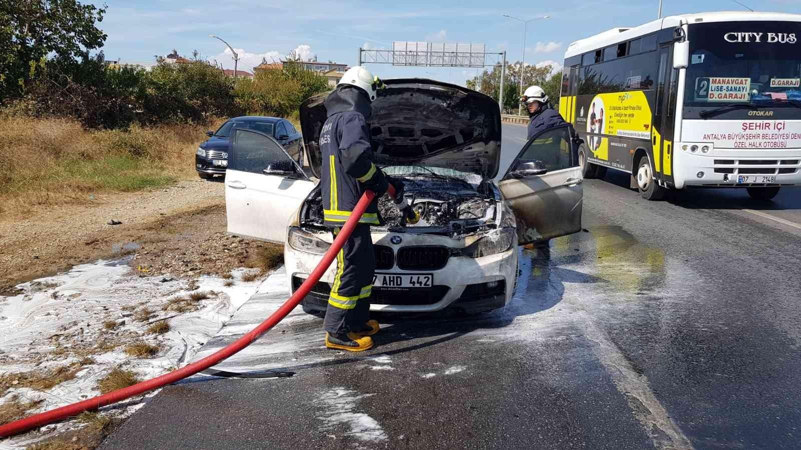 Hareket halindeki otomobil yanarak kullanılamaz hale geldi