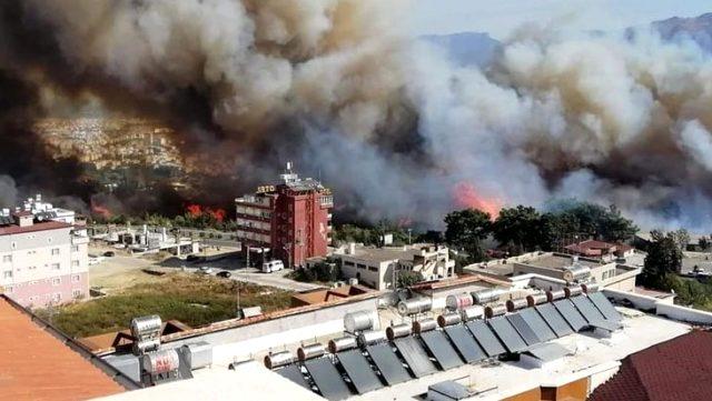 Hatay'da çıkan yangın yerleşim yerlerine sıçradı