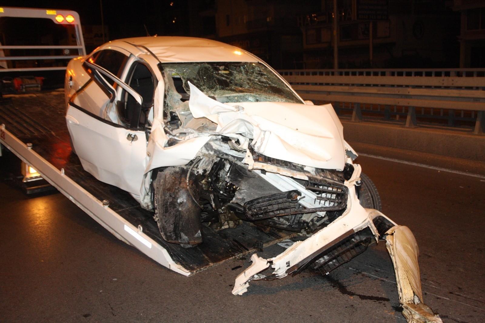 Hurdaya dönen otomobilde bulunan 3 kişiden 1'i öldü 2'si ağır yaralı