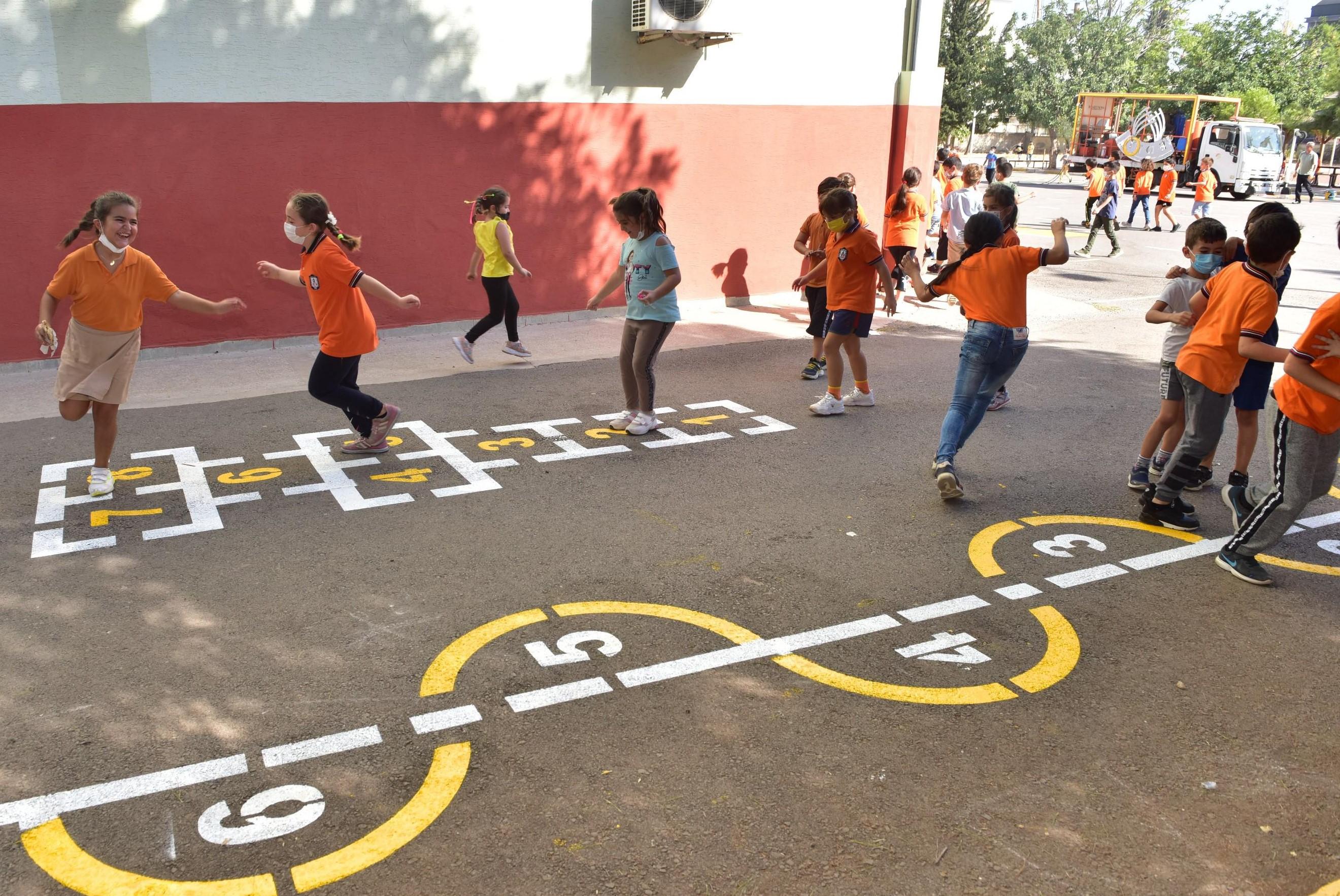 Kepez Belediyesi, öğrencilerin sosyal gelişimlerini hızlandırmak için sokak oyunlarını okullara taşıyor.