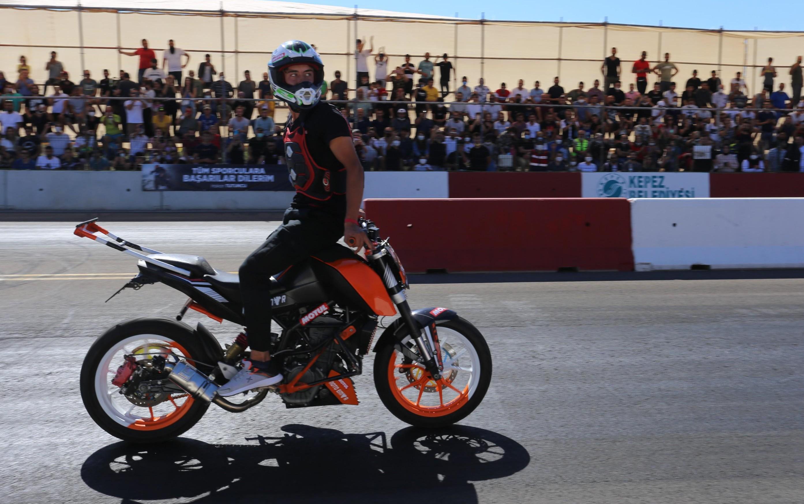 Kepez'de motodrag yarışları nefesleri kesti