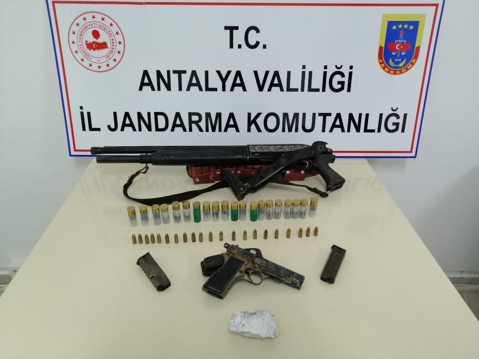 Kontrol Esnasında  kamyonette birer adet tüfek, tabanca ve uyuşturucu madde ele geçirildi