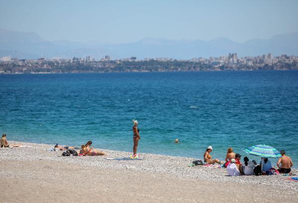 Konyaaltı sahili, 17 günlük tam kapanma sürecinde kısıtlamadan muaf turistlere ev sahipliği yaptı