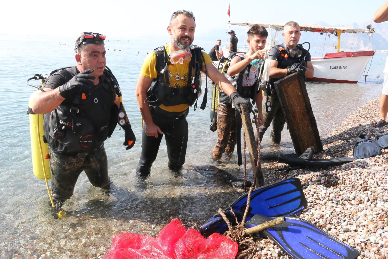 Konyaaltı Sahili'nde denizde dalgıçlar karada ise gönüllüler tarafından temizlik çalışması yapıldı