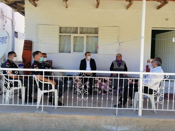 Korkuteli Kaymakamı vefat eden  şehit babası Halil Kılıç'ın evine taziye ziyaretinde bulundu