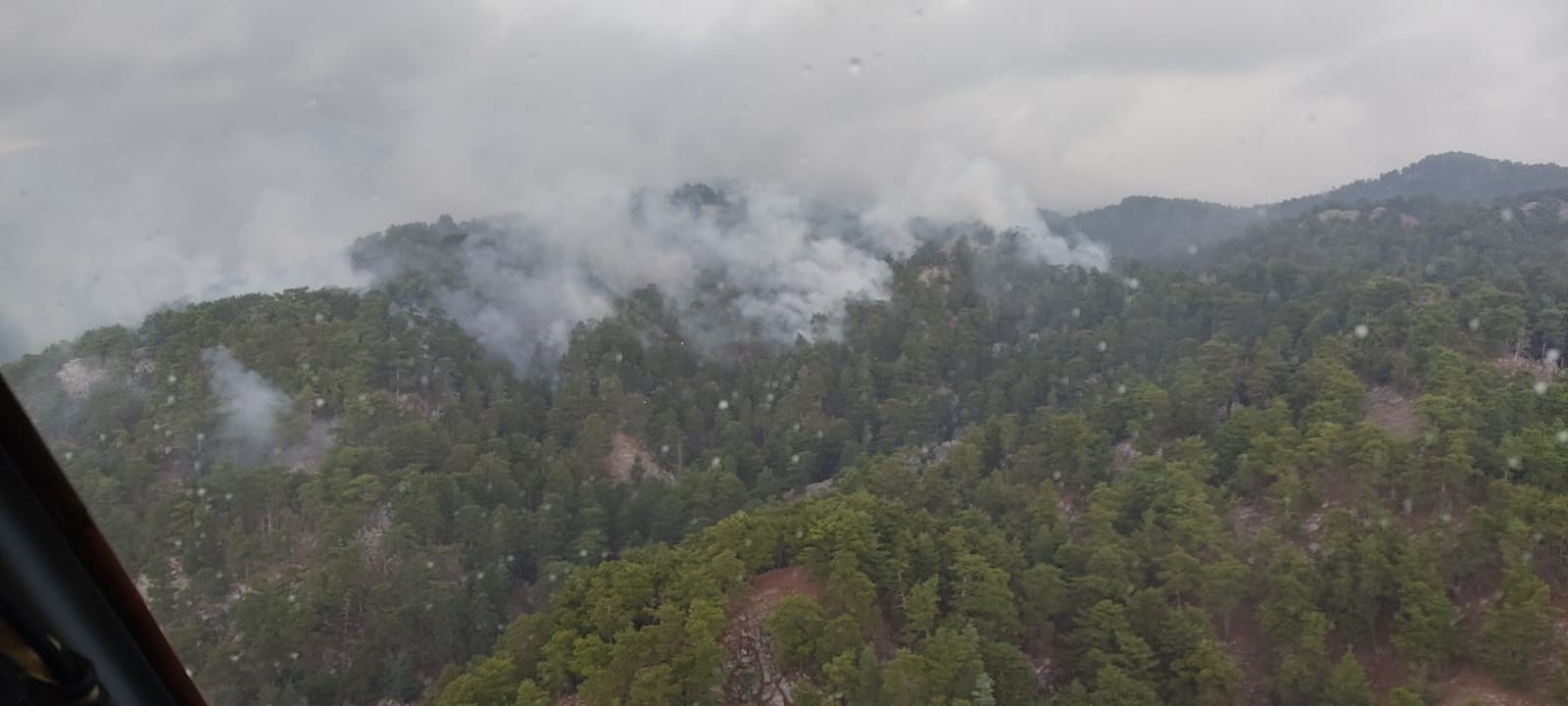 Manavgat ilçesinde yıldırım düşmesi sonucu çıkan orman yangını kontrol altına alındı