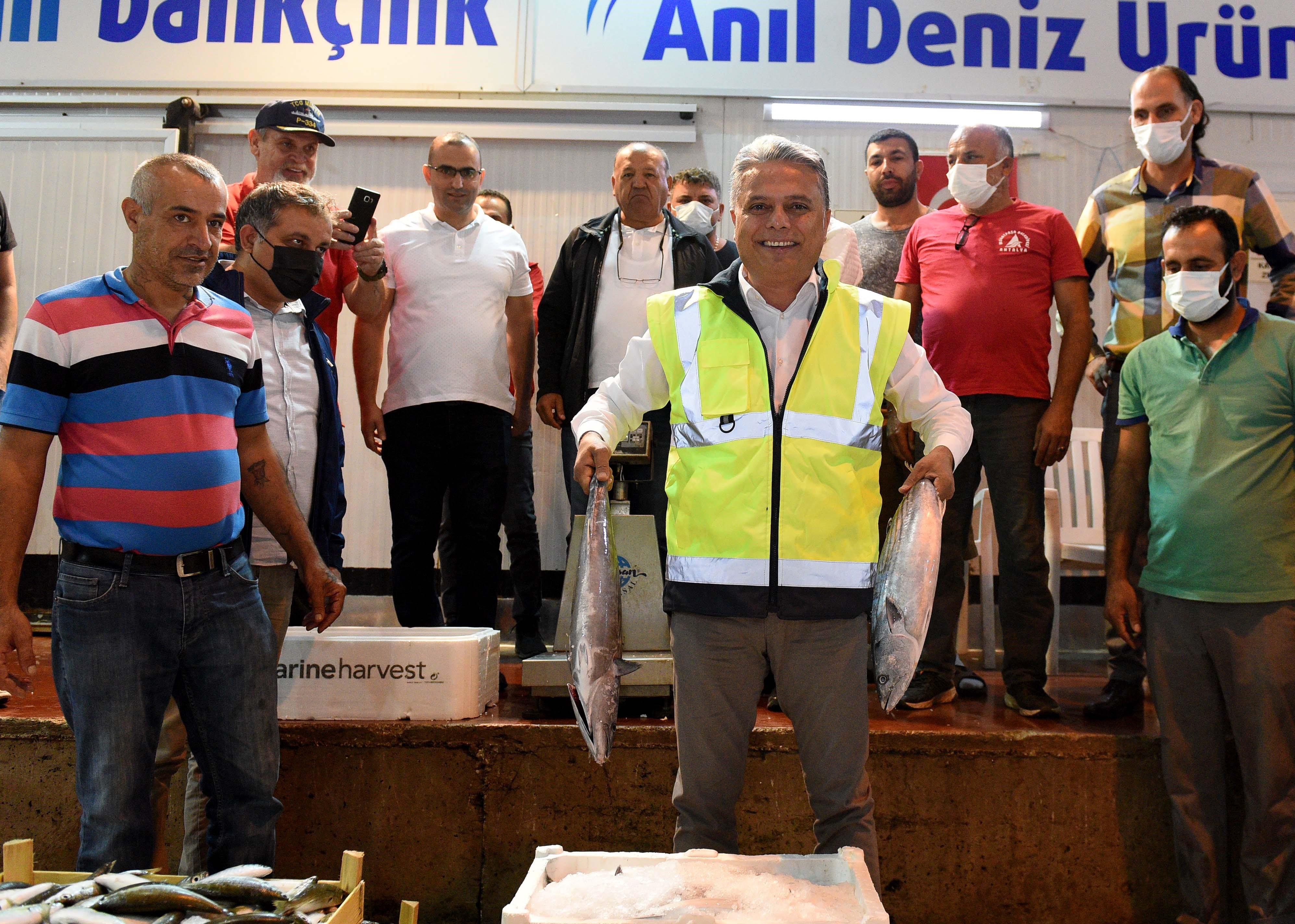 Muratpaşa Belediye Başkanı Ümit Uysal sezonun ilk balık mezatına katıldı