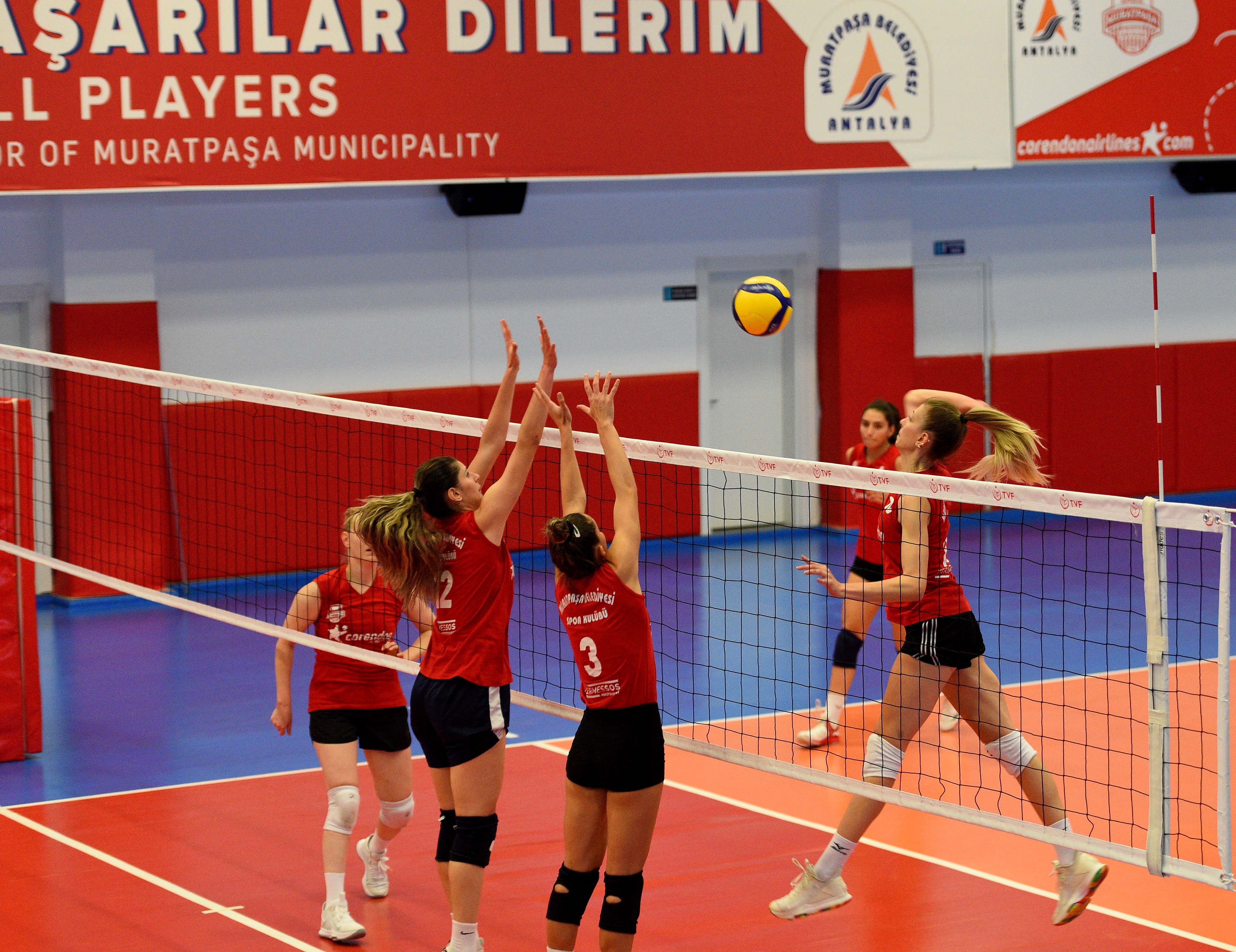 Muratpaşa Belediyespor kadın voleybol takımı kendi seyircisiyle buluşuyor
