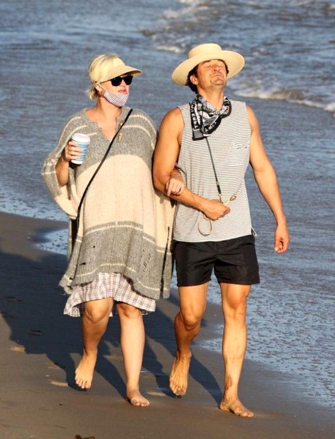 Nişanlısıyla sahilde yürüyüş yapan ünlü şarkıcının sağ ayağındaki detay şaşırttı
