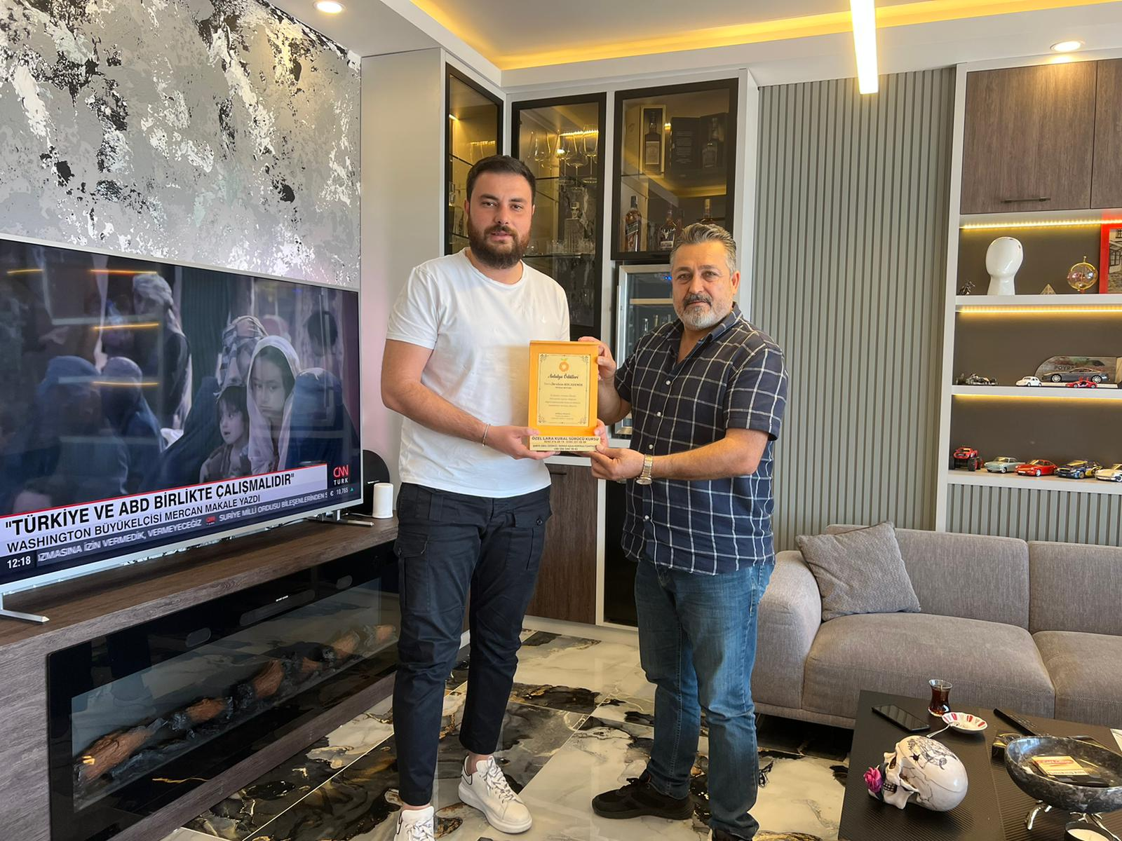 Poyraz motors İşletmesi adına İbrahim Kocademir'e Antalya'ya değer Katan İş İnsanı ödülü verildi