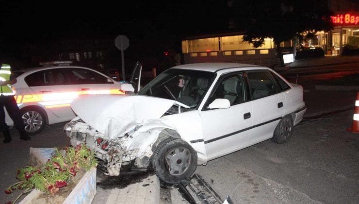 Side-Kemer Bulvarında transporter minibüs ile otomobilin çarpıştığı kazada 2 kişi yaralandı
