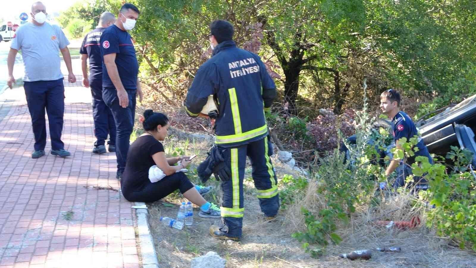 Takla atarak yol kenarında bulunan bahçeye uçan araçtan yara almadan çıktı