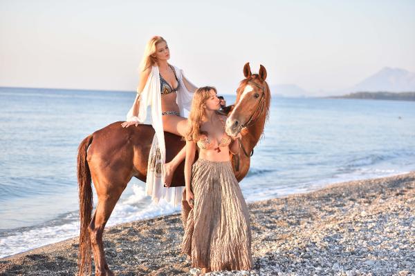 Tatilciler at sırtında gün doğumunu izleyip denize giriyor