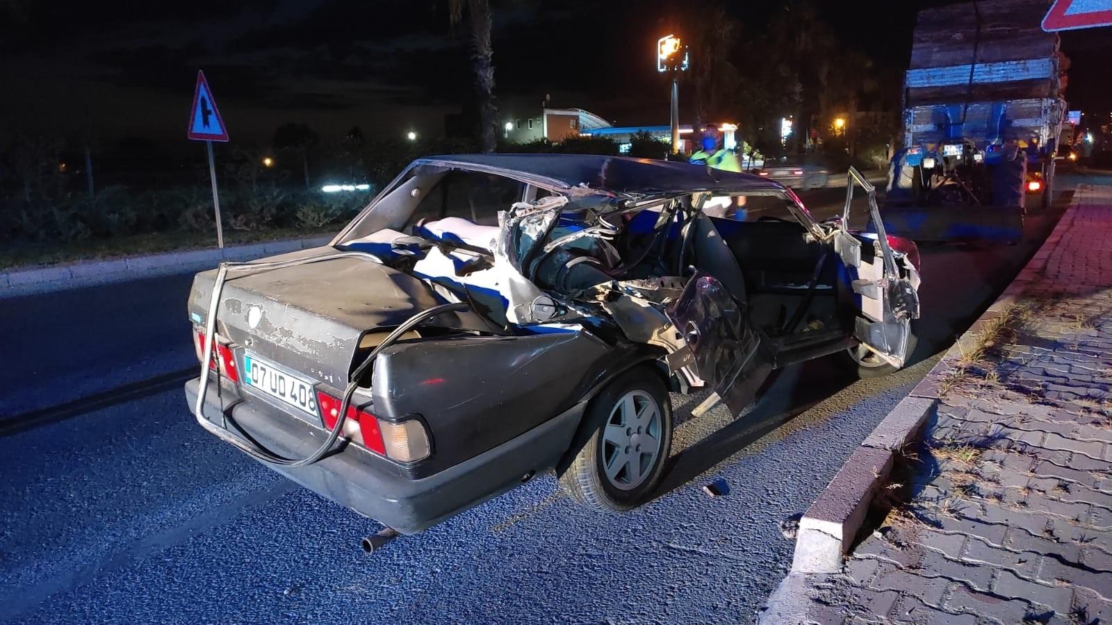 Traktöre Çarpmanın etkisiyle otomobil sürücüsü arabadan fırladı
