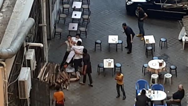 Vatandaşlar, usta ile çırağın kavgasını film izler gibi seyretti