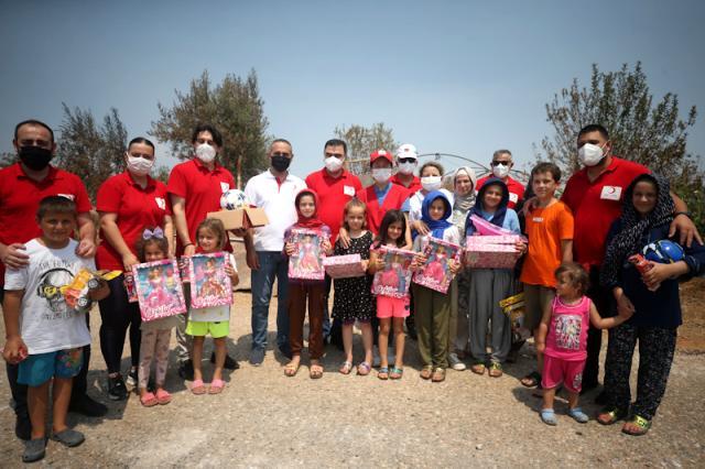 Yangın sonrası  mücadeleye destek olmak için Antalya'ya gelen Kuzey Kıbrıs Türk Kızılay heyeti yangın mağduru çocukları sevindirdi